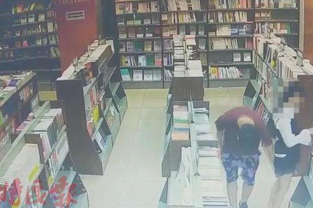 """谁见过这个""""猥琐男""""?在海口一书店撩13岁女孩裙!"""