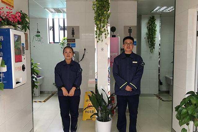 上海保洁员夫妻自费把公厕布置得像客厅 还有鱼缸