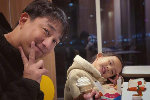 黄磊与小女儿一起分享冰淇淋 多妹眼神里满满都是戏