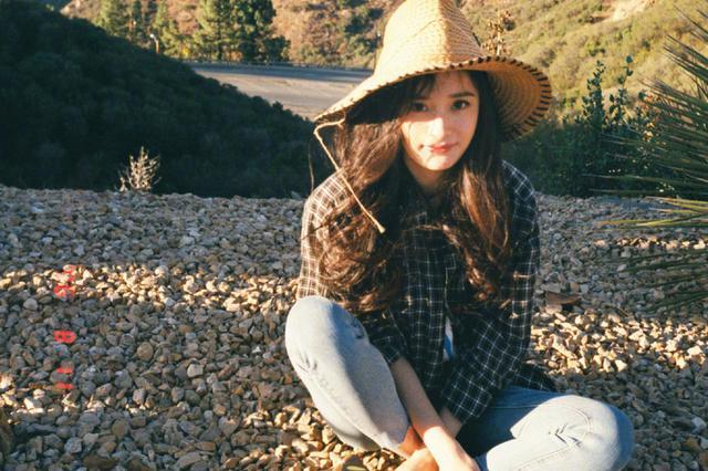 私服更美!杨幂格子衬衣+草帽甜笑变身日系美少女