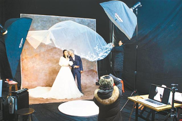 摄影师为60对农民工夫妻拍婚纱照 建筑工地搭摄影棚