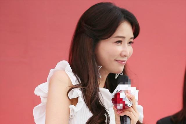 林志玲白裙现身仙气足 长发披肩妆容精致与观众互动