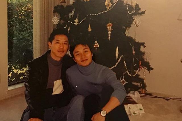 唐鹤德晒与张国荣旧照 二人依偎坐在圣诞树下
