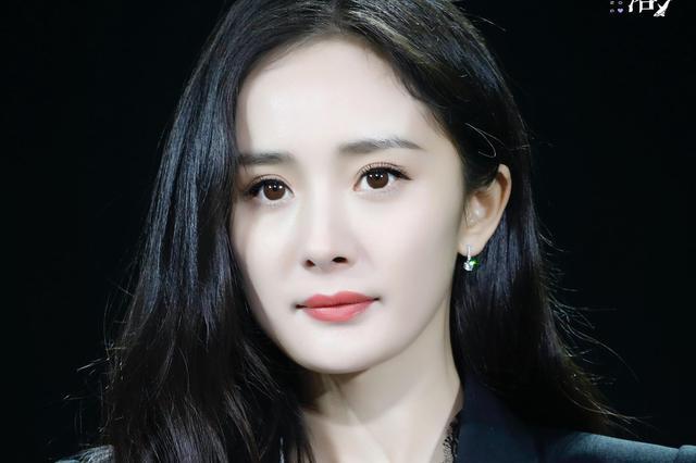 杨幂宣布离婚后首度公开亮相 西装笔挺干练