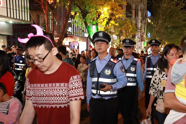 70万余人次椰城欢度元宵 5000警力坚守一线保平安