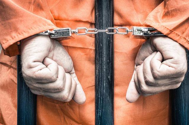 男子路遇警方设卡盘查慌忙弃车而逃 原来身上藏了67袋毒品