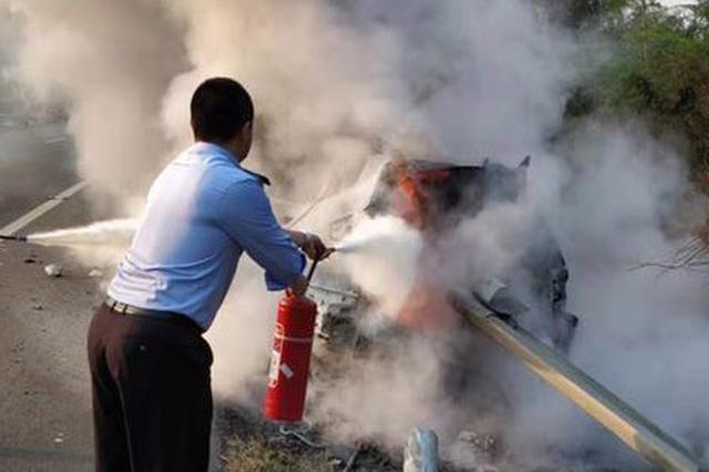 三亚往九所方向高速路上一轿车着火爆炸烧成空壳