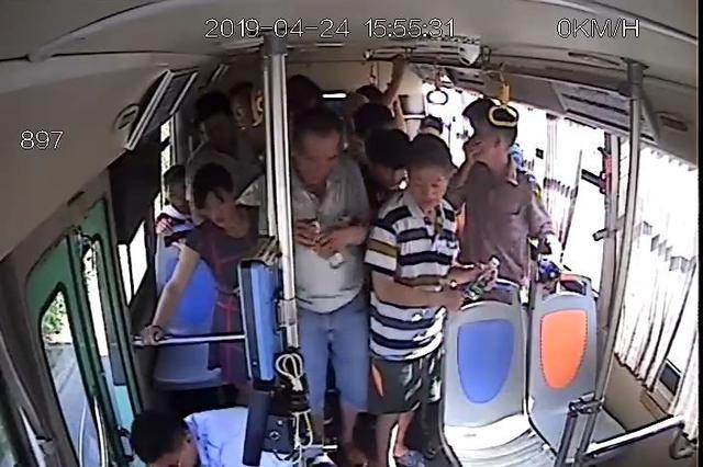 一女士晕倒呕吐不止 海口公交车上现暖心一幕