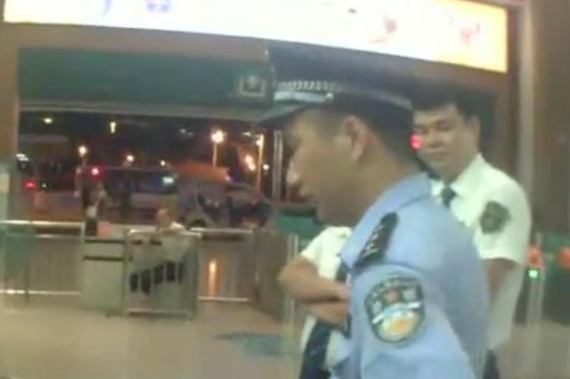 男子跨站乘车称没钱拒不补票 三亚铁警现场普法