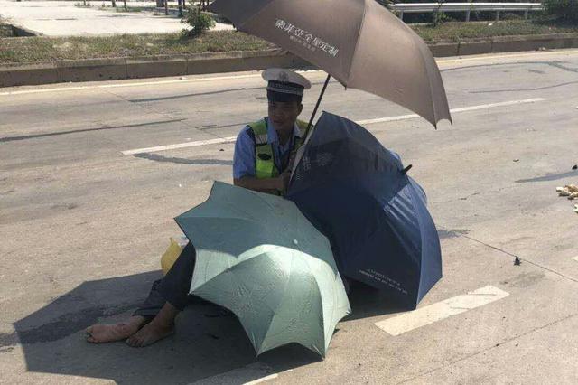 感人一幕!男子车祸受伤倒地 洋浦交警打伞为他遮阳