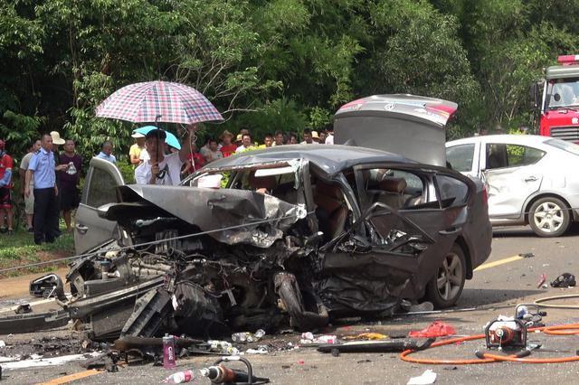 惊魂!3辆小车相撞1人被困 临高消防成功救援