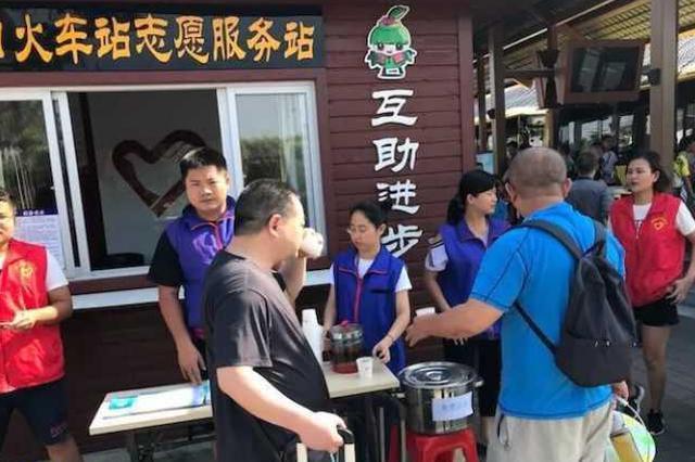 炎炎夏日送清凉 海口秀英区志愿者为过海旅客献凉茶