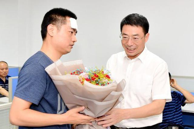 南通民警周小兵因公受伤 范华平儋州看望慰问