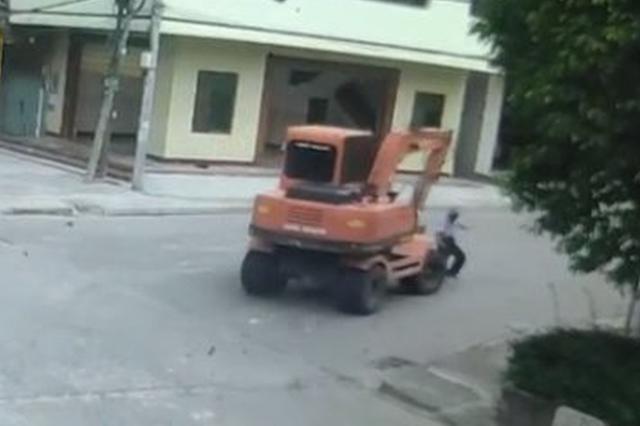 文昌八旬老人过马路遭挖掘机碾压身亡,司机无证驾驶