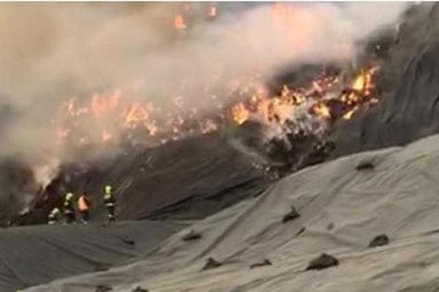 澄迈一露天垃圾堆场疑遭雷击起火,现场浓烟滚滚,火光冲天…