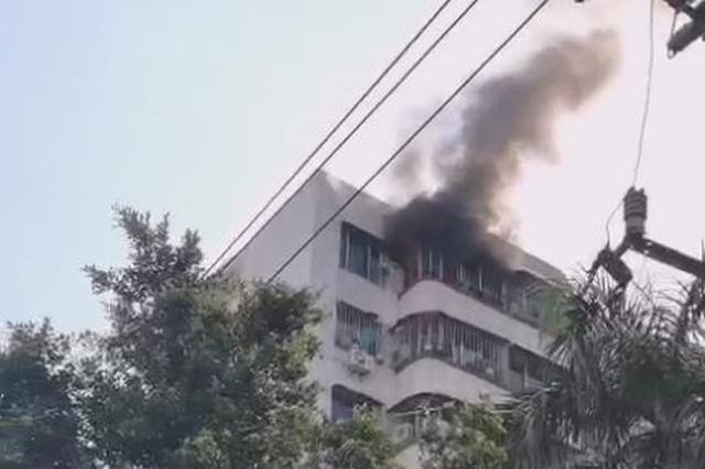 可怕!楼顶都炸了!海口昌茂花园一住户家着火