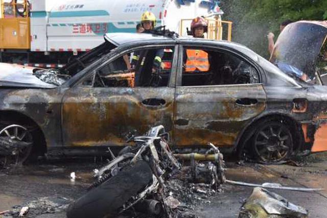 保亭一出租车与摩托车相撞起火 现场惨烈惊人