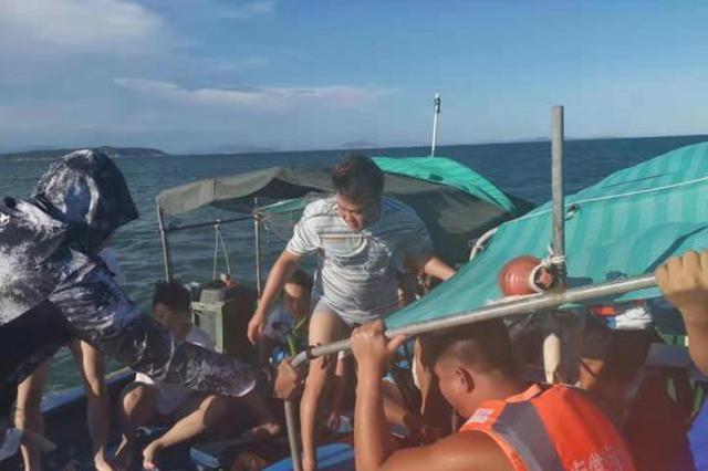 5游客出海沖浪遇險 三亞漁民和海上救援隊成功施救