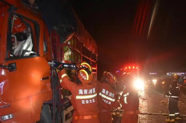 惨烈!海南东线高速两车追尾一人当场死亡 现场车辆还在漏油