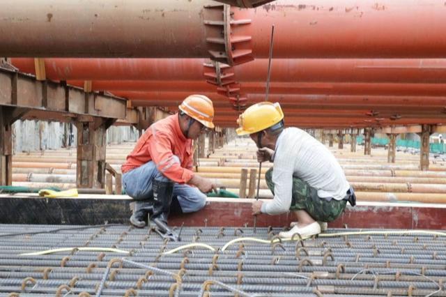 海口文明东越江通道项目工地:千余工人挥汗如雨只为早日完工