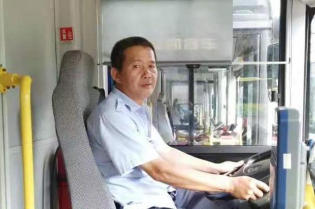 海口一女子公交车上发病 司机和两名乘客将她送医