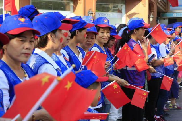 """街舞、路滑齐上阵 三亚街头""""快闪""""迎国庆(组图)"""