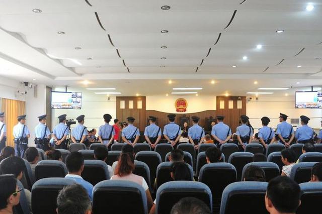 海口13人涉恶团伙受审 涉寻衅滋事罪、敲诈罪、非法采矿罪