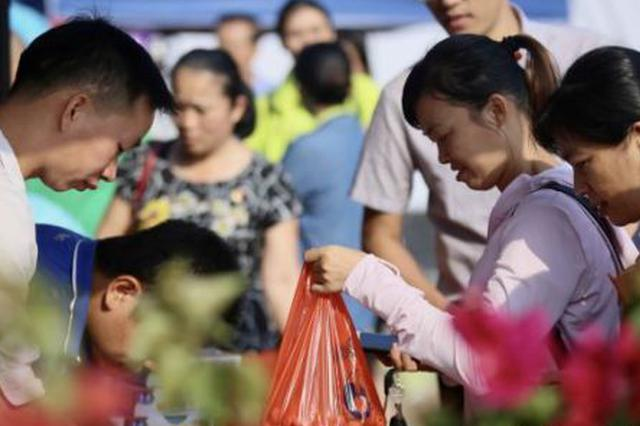 """海南18市县全国扶贫日同步举办""""爱心扶贫大集市"""""""