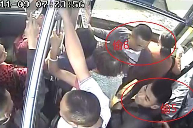 """""""扒手""""团团围住乘客实施偷盗 监控拍下作案全过程"""