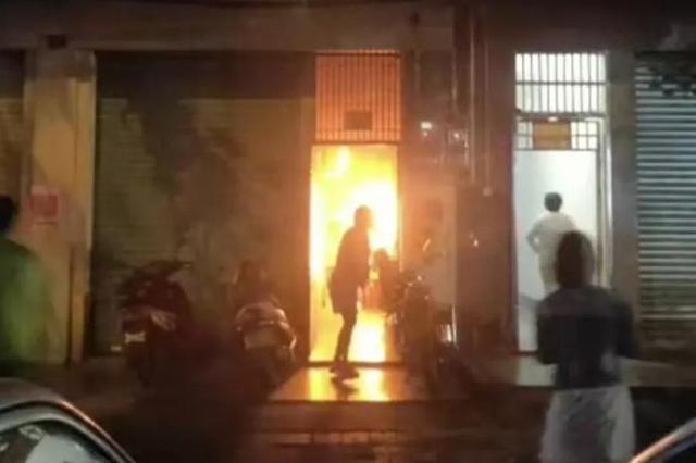 琼海一居民楼深夜突起大火 刚下班的他义无反顾冲进火场…