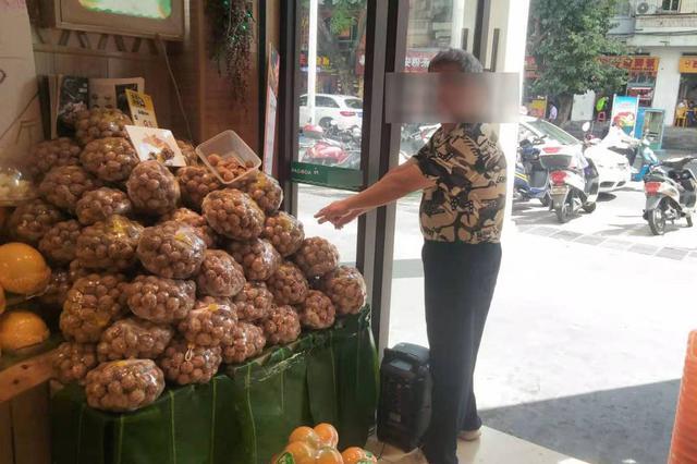 三亚一男子水果店闲逛起贪念 拿起手机就溜之大吉