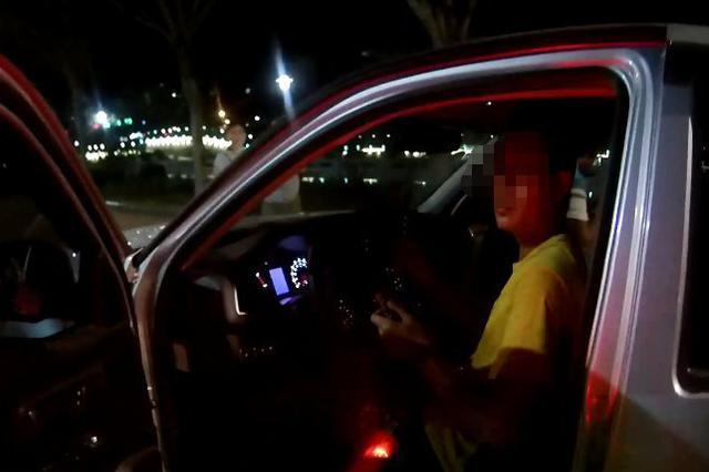 """朋友喝多开不了车!喝""""两杯""""的他自告奋勇当起司机"""