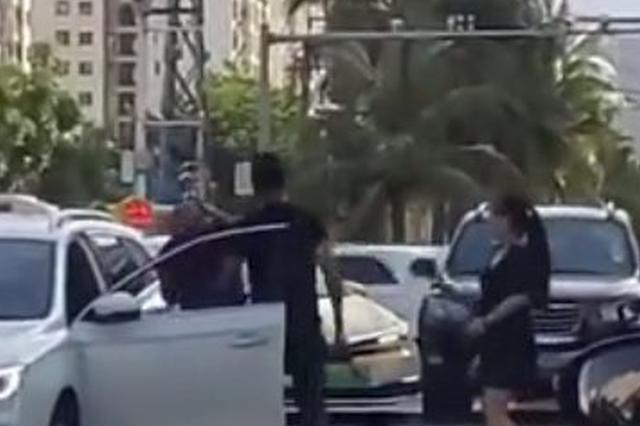 海口一网约车逼停出租车,司机持械伤人被拘7日