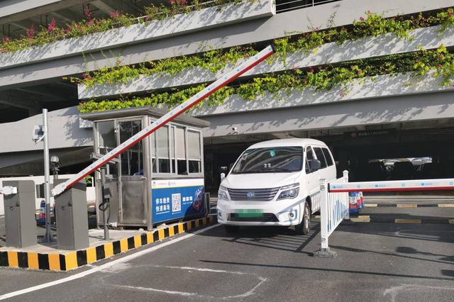 三亚机场实施新能源车停车优惠 不足30分钟免收费