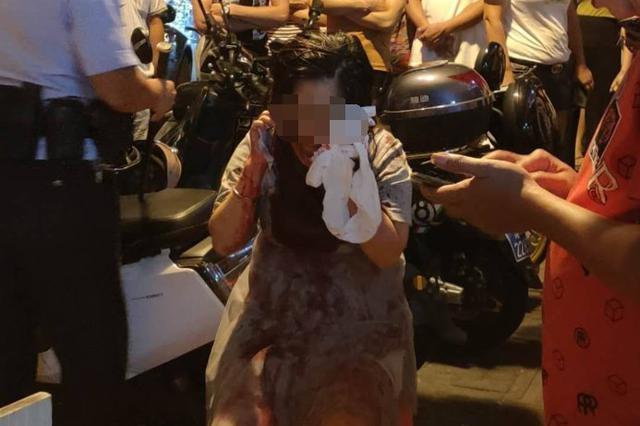 海口一女子疑遭家庭暴力被当街追打 警方控制嫌疑人