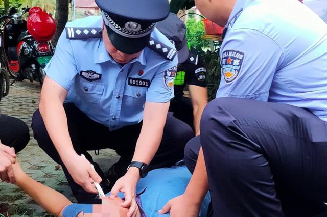 琼海一男子突发癫痫倒地抽搐,民警用筷子解除危机