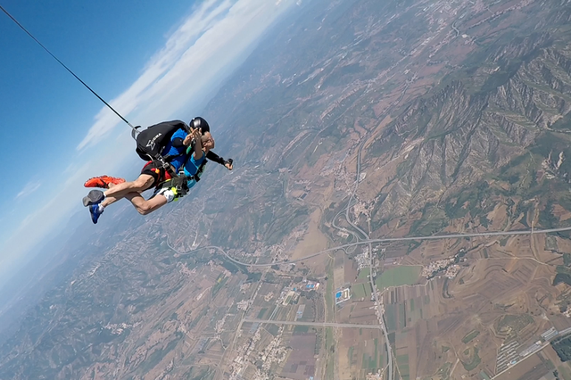 东方4000米高空跳伞游火爆 空中尽览滨海城市美景