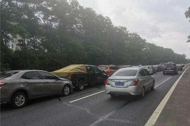 海南G98高速发生12辆小车追尾事故 无人伤亡