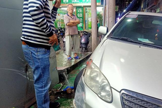 """事发海口!""""老司机""""错把油门当刹车险酿祸"""