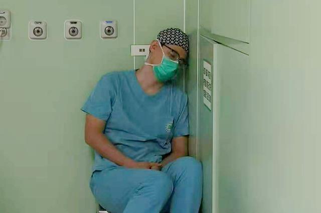 """两台先心病患儿手术间隙 海南医生累得""""靠墙睡着了"""""""