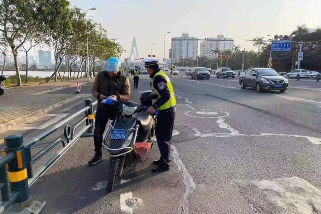 海口公安交警开展世纪大桥电动自行车违反禁令通行专项整治行