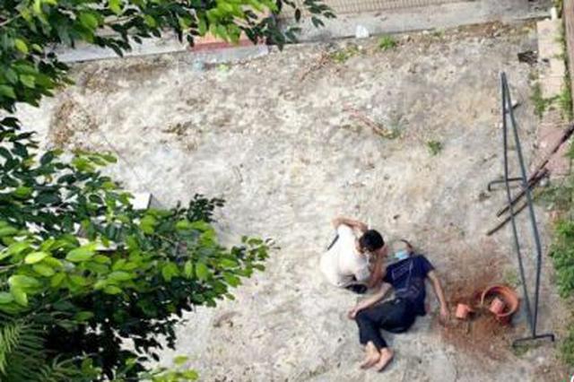 骑电动车摔落几米坎坡 三亚交警等多部门合力救援