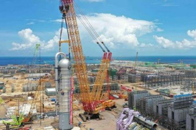 重达千吨 海南炼化百万吨乙烯项目吊装首台大型塔器