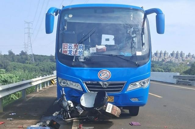 事发海口!中巴车与电动车相撞,一男子当场死亡
