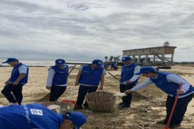 台风过境制造海滩垃圾污染环境 建筑工人主动请扫