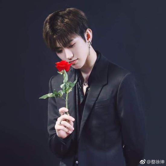 蔡徐坤微博粉丝破800万 手持玫瑰发福利晒帅照