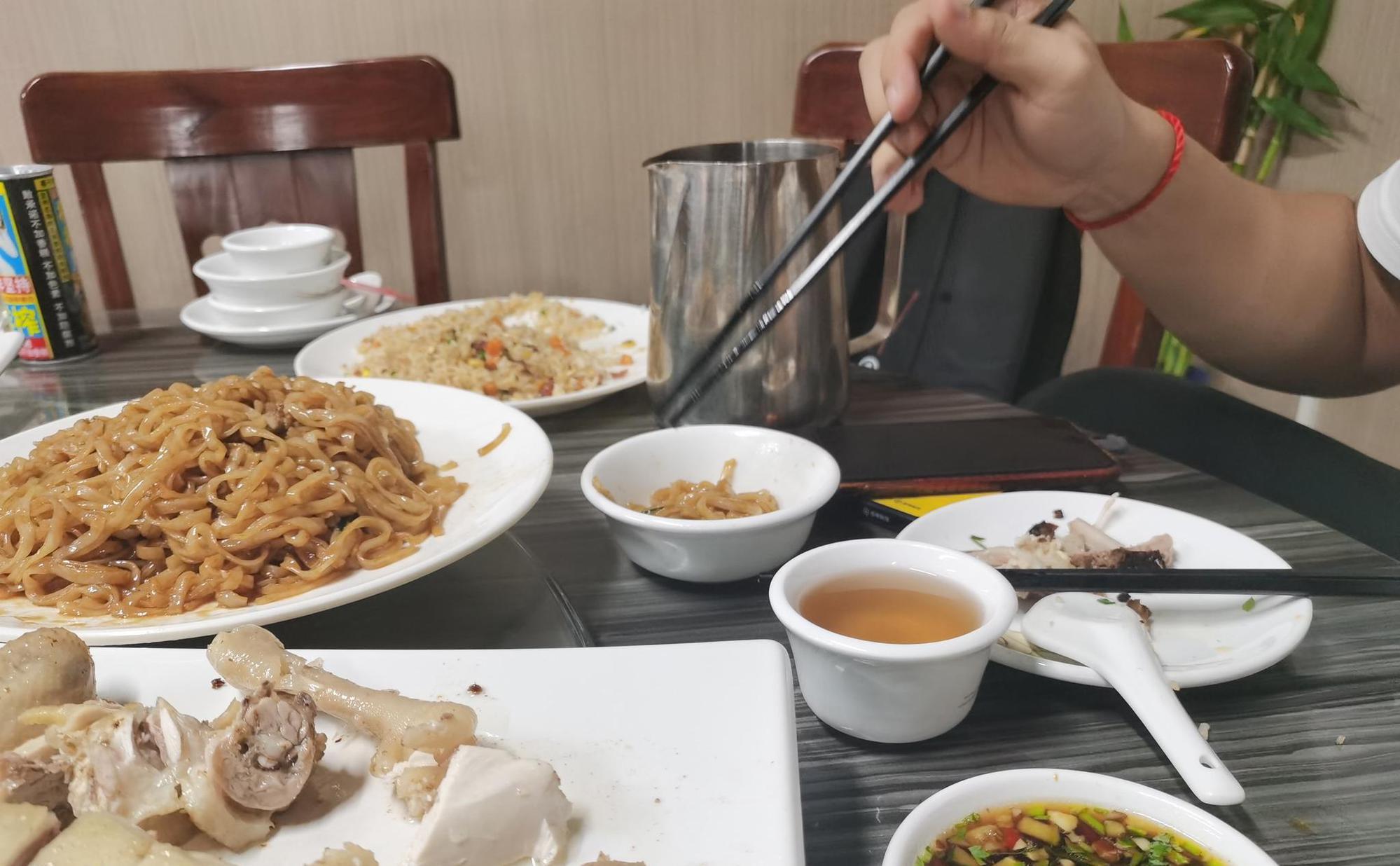公筷公勺新规实施第一天,快来看看海口餐厅准备如何?