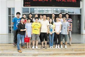 王教授(中)和他的创新团队。