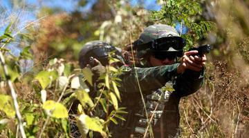 三亚百余名武警特战队员野外驻训