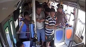 一女士晕倒呕吐不止 公交车现暖心一幕